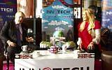 Boris Johnson, à gauche, et Jennifer Arcuri au sommet InnoTech en 2013 (Capture d'écran/YouTube)
