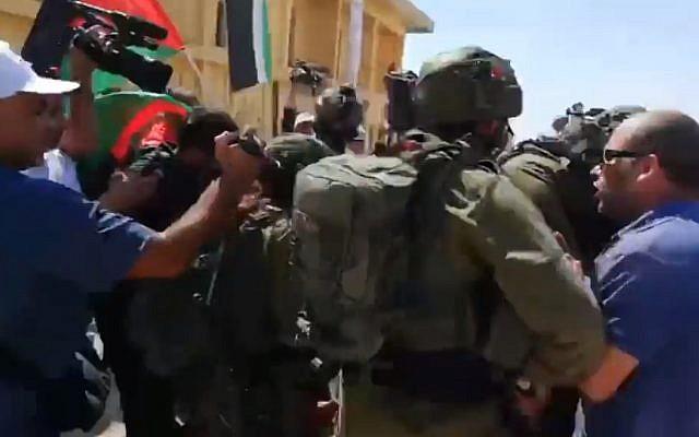 Des soldats israéliens et manifestants palestiniens devant la structure du Lido abandonnée dnas le nord de la mer Morte, le 28 septembre 2019 (Capture écran via la Douzième chaîne)