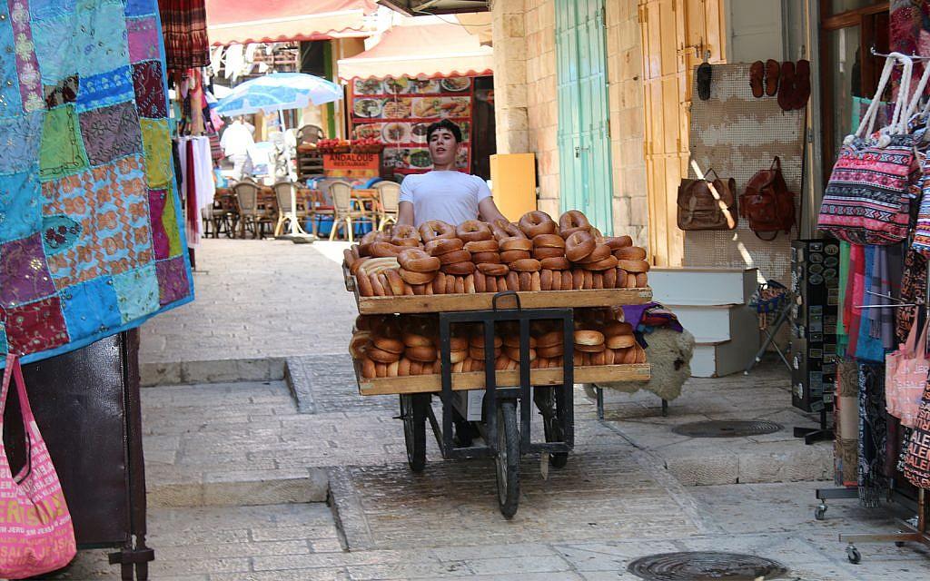 Des chariots transportant des marchandises et des personnes utilisent également les rampes de la Vieille Ville (Crédit : Shmuel Bar-Am)