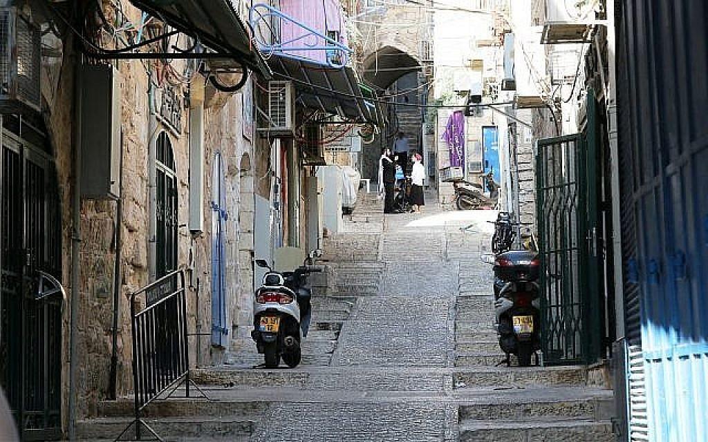 Les rampes, dans le quartier musulman de la Vieille Ville, permettent aux visiteurs en fauteuil roulant de circuler aux alentours (Crédit : Shmuel Bar-Am)