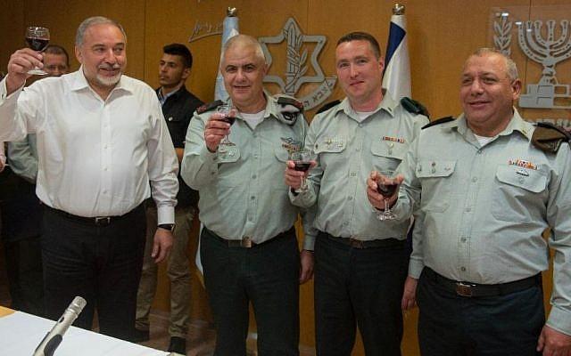 De gauche à droite, le ministre de la Défense Avigdor Liberman, le porte-parole sortant de Tsahal, le général de division Moti Almoz, le nouveau porte-parole de Tsahal, le général Ronen Manelis, le général Gadi Eisenkot, chef d'état-major de Tsahal, portent un toast lors d'une cérémonie au cours de laquelle Manelis est officiellement entré en fonction, au quartier général de l'armée à Tel Aviv, le 18 mai 2017. (Unité du porte-parole de l'armée israélienne)
