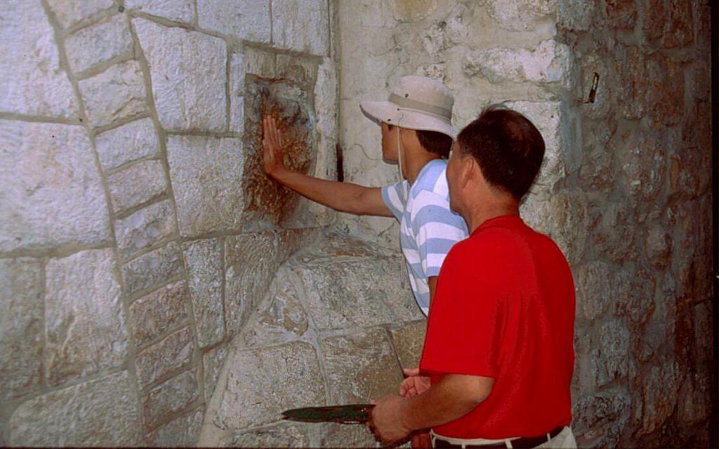 Le cinquième poste de la Via Dolorosa, où Jésus aurait marché avant sa crucifixion. Les sites chrétiens, musulmans et Juifs sont tous accessibles aux fauteuils roulants (Crédit : Shmuel Bar-Am)
