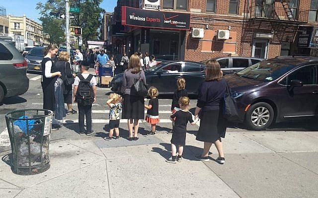 Des femmes et des enfants attendent à un passage pour piétons dans le quartier orthodoxe de Borough Park, Brooklyn, le 3 septembre 2019. (Ben Sales/JTA)