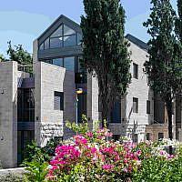 Une maison triangulaire dans le quartier de Baka à Jérusalem, disponible pour des visites de maison lors de Batim Mibifnim, le weekend à l'Intérieur des Maisons, du 31 octobre au 2 novembre 2019 (Crédit : Ilan Nachum)