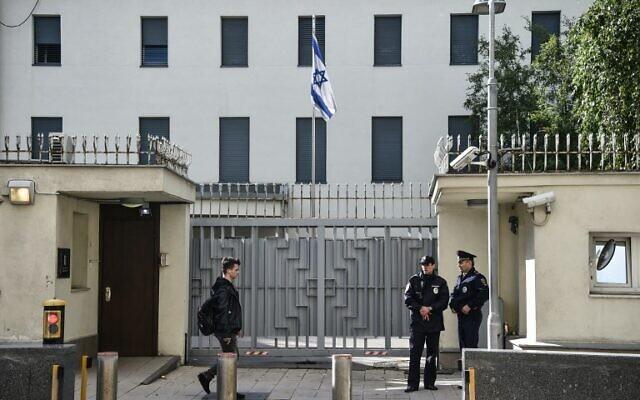 Photo d'illustration : La police russe devant l'ambassade israélienne à Moscou, le 18 septembre 2018 (Crédit : AFP / Vasily MAXIMOV)