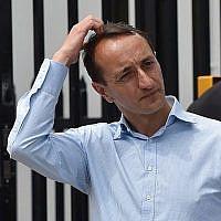 Le candidat du Parti libéral pour Wentworth, Dave Sharma, attend en dehors d'un bureau de vote à Bondi Beach à Sydney, le 20 octobre 2018 (PETER PARKS / AFP)
