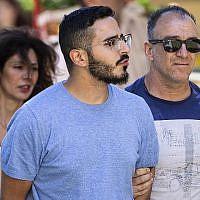 """Le présumé """"Escroc Tinder"""", (au centre), un Israélien décrit dans les journaux comme étant Shimon Hayut, 28 ans, est expulsé de la ville d'Athènes, en Grèce, le 1er juillet 2019. (Tore KRISTIANSEN/various sources/AFP)"""