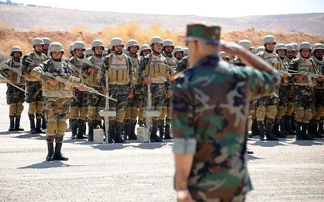 Une photo prise lors d'une visite guidée avec l'armée russe montre des soldats d'élite syriens participant à une séance d'instruction avec des formateurs militaires russes, le 24 septembre 2019, sur une base militaire à Yafour, à environ 30 kilomètres à l'ouest de Damas. (Maxime POPOV / AFP)