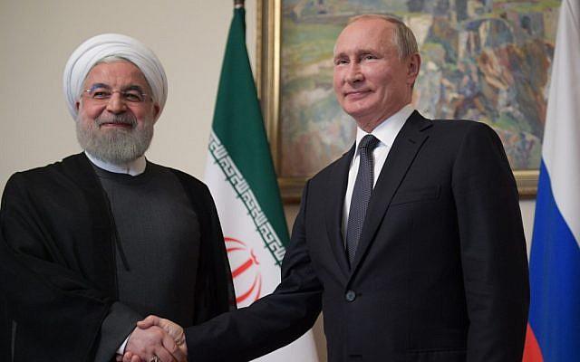 Le président russe Vladimir Poutine (à droite) serre la main du président iranien Hassan Rouhani lors d'une réunion du Supreme Eurasian Economic Council à Erevan, le 1er octobre 2019. (Crédit : Alexei Druzhinin/Sputnik/AFP)