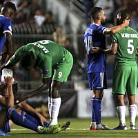 Photo d'illustration : Des footballeurs pendant un match opposant l'équipe palestinienne à l'équipe marocaine, en Cisjordanie, le 3 octobre 2019. (Crédit : ABBAS MOMANI / AFP)