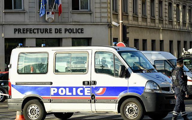 Des policiers devant la préfecture de Paris, quai de Gesvres, le 3 octobre 2019. (Crédit : BERTRAND GUAY / AFP)
