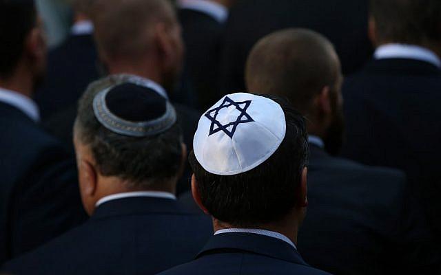 Des hommes portant la kippas à la synagogue de Halle, à l'est de l'Allemagne, au lendemain d'une fusillade antisémite meurtrière, le 10 octobre 2019 (Crédit : Ronny Hartmann/AFP)