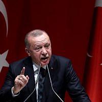 Le président turc durant une rencontre avec les chefs des provinces du parti de l'AKP au pouvoir à Ankara, en Turquie, le 10 octobre 2019 (Crédit : Adem ALTAN / AFP)