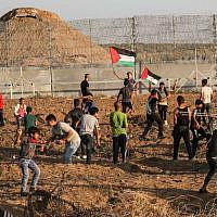 Des Palestiniens manifestent violemment à la frontière entre la bande de Gaza et Israël, à l'est de Gaza City, le 11 octobre 2019 (Crédit : Said Khatib/AFP)