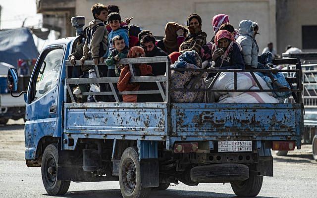 Familles syriennes fuyant la zone de combat entre les forces dirigées par la Turquie et les combattants kurdes des Forces démocratiques syriennes (FDS) dans et autour de la ville de Ras al-Ain, au nord de la frontière avec la Turquie, 15 octobre 2019. (Delil SOULEIMAN/AFP)