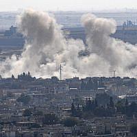 De la fumée monte de la ville syrienne de Ras al-Ain, du côté turc de la frontière dans le district de Ceylanpinar, à Sanliurfa, le 15 octobre 2019, lors de la première semaine de l'opération militaire turque contre les forces kurdes. (Crédit : Ozan KOSE / AFP)