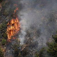 Des feux ravagent la forêt de la région montagneuse bordant le fleuve de Damour près du village de Meshref au Liban, au sud-est de Beyrouth, le 15 octobre 2019. (JOSEPH EID / AFP)