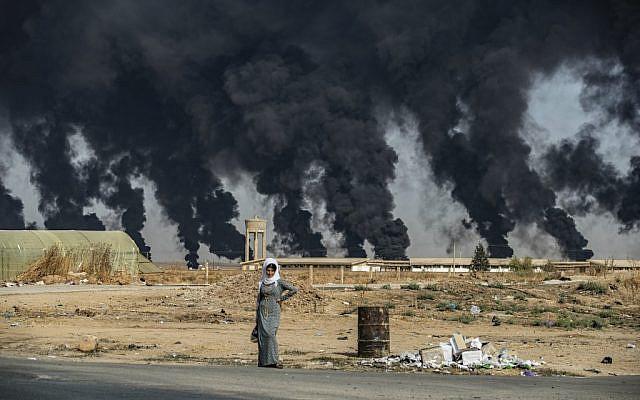 La périphérie de Tal Tamr près de la ville kurdo-syrienne de Ras al-Ayn près de la frontière turque, où des pneux ont été incendiés pour diminuer la visibilité des avions turcs, le 16 octobre 2019. (Delil SOULEIMAN / AFP)