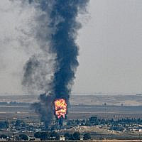 La ville de Saniurfa, du côté turc de la frontière avec la Syrie dans la ville de Ceylanpinar, d'où l'on aperçoit des colonnes de fumée et des incendies émanant de la ville syrienne de Ras al-Ayn lors de l'offensive turque contre les Kurdes, le 17 octobre 2019. (Ozan KOSE / AFP)