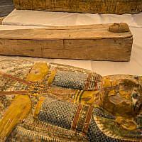 Deux sarcophages dont l'un appartenant à un enfant (ci-dessus) au temple Hatshepsut dans la vallée des rois, en Egypte, le 19 octobre 2019 (Crédit :  Khaled DESOUKI / AFP)