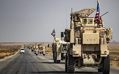 Un véhicule militaire américain dans une rue de la ville de Tal Tamr, le 20 octobre 2019. (Crédit : Delil SOULEIMAN / AFP)