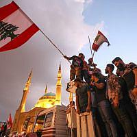 Des manifestants libanais lors d'un rassemblement dans la capitale de Beyrouth, le 20 octobre 2019 (Crédit :  Anwar AMRO / AFP)