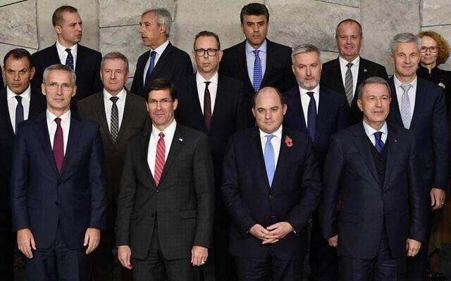 (Premier rang, de droite à gauche) Le secrétaire général de l'OTAN Jens Stoltenberg,le secrétaire d'Etat américain à la Défense Mark Esper, le ministre de la Défense britannique Ben Wallace et son homologue turc Hulusi Akar, lors d'une réunion de l'OTAN à Bruxelles, le 24 octobre 2019. (Crédit : JOHN THYS/AFP)