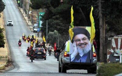 Des partisans du groupe terroriste du Hezbollah se déplacent en convoi pour soutenir le discours de son dirigeant Hassan Nasrallah, dans la zone de la Porte de Fatima à Kfar Kila sur la frontière libanaise avec Israël, le 25 octobre 2019. (Ali Dia/AFP)
