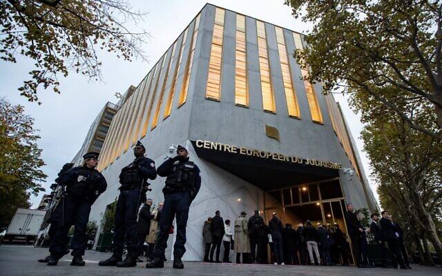 Des policiers devant le Centre européen du judaïsme, à Paris, avant son inauguration officielle, le 29 octobre 2019. (Crédit : Ian LANGSDON / POOL / AFP)