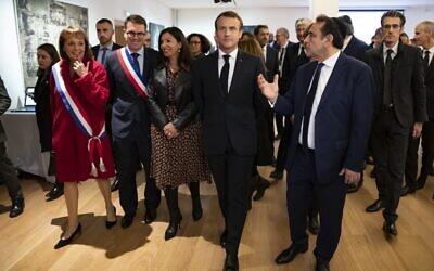 Le président français Emmanuel Macron et le président du Consistoire central Joel Mergui visitent le Centre européen du judaïsme lors de son inauguration officielle à Paris, le 29 octobre 2019. (Crédit : Ian LANGSDON / POOL / AFP)