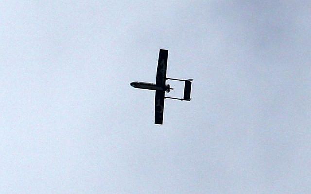 Un drone appartenant aux Brigades Al-Qassam, branche armée du Hamas, survole la ville de Gaza, le 14 décembre 2014. (Crédit photo : AFP/MAHMUD HAMS)