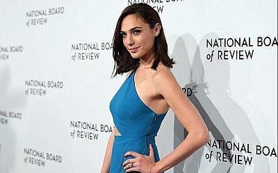 L'actrice Gal Gadot au gala du National Board of Review Awards à New York le 9 janvier 2018 (Crédit : AFP Photo/Angela Weiss)