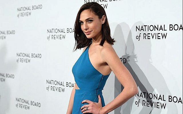 L'actrice Gal Gadot au gala du National Board of Review Awards à New York le 9 janvier 2018 (Crédit : AFP Photo/Angela Weiss)