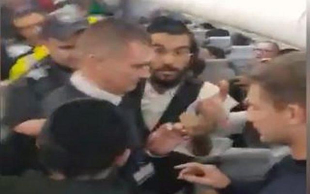 Des Israéliens se disputent avec le personnel de sécurité à bord d'un vol sur le point de décoller de Moldavie. (Capture d'écran vidéo)