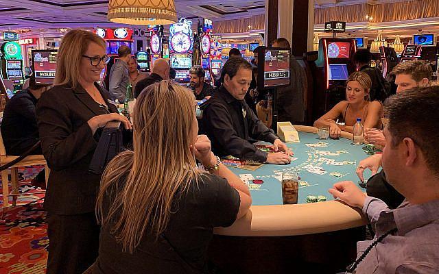 Orly Graves discute avec des clients tout en surveillant la table de blackjack à l'hôtel Wynn de Las Vegas, le 22 septembre 2019. (Josefin Dolsten/JTA)