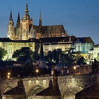 Photo d'illustration : Vue nocturne du Château et du pont Charles, à Prague, en république tchèque (Crédit : CC BY-SA 3.0 Jorge Royan/Wikipedia)