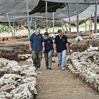 Les responsables de la fouille (gauche à droite) Itai Elan, le Dr Dina Shalem et le Dr Yitzhak Paz, marchent dans une allée vieille de 5000 ans sur le site de fouille de l'Âge de Bronze ancien, proximité de la ville moderne d'Harish. (Yoli Schwartz, Autorité des Antiquités d'Israël)