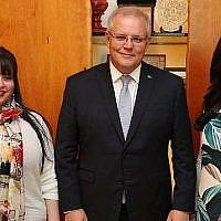 De gauche à droite : Dassi Erlich, le Premier ministre australien Scott Morrison et Nicole Meyer à Canberra, le 23 octobre 2019 (Autorisation)