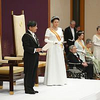 Le nouvel empereur du Japon Naruhito,  accompagné par l'impératrice Masako, fait son premier discours après avoir succédé à son père  Akihito au palais impérial de Tokyo, le 1er mai 2019 (Crédit : Japan Pool via AP)
