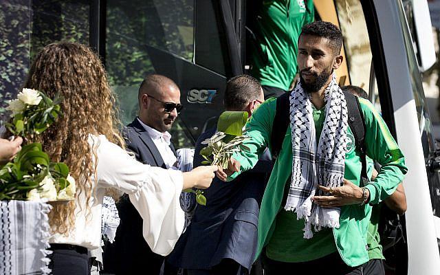 Des Palestiniens accueillent l'équipe nationale de football d'Arabie Saoudite à Ramallah, en Cisjordanie, le dimanche 13 octobre 2019. (AP Photo / Majdi Mohammed)