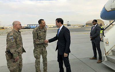 Le secrétaire américain à la Défense Mark Esper, au centre, accueilli par l'armée américaine à son arrivée à Kaboul, en Afghanistan, le 20 octobre 2019. (Crédit : AP Photo/Lolita C. Balbor)