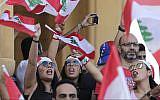 Les manifestants scandent des slogans anti-gouvernement à Beyrouth, au Liban, le 20 octobre 2019 (Crédit : AP Photo/Hassan Ammar)
