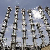 Une vue de l'usine de production d'eau lourde dans la ville d'Arak, au centre de l'Iran, le 26 août 2006 (Crédit : AP/ ISNA, Arash Khamoushi)