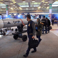Des visiteurs observent un missile de croisière Hoveizeh 8 lors d'une exposition militaire marquant le 40e anniversaire de la révolution islamique iranienne à Téhéran, Iran, le 3 février 2019. (AP/Vahid Salemi)