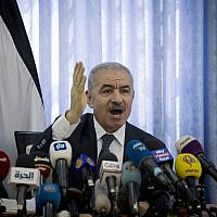 Le Premier ministre de l'Autorité palestinienne, Mohammed Shtayyeh, préside une réunion du cabinet dans le village de Fasayil, dans la vallée du Jourdain, le 16 septembre 2019. (Majdi Mohammed/AP)