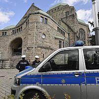 La police surveillent la synagogue d'Essen, en Allemagne, le 10 octobre 2019. (AP Photo/Martin Meissner)
