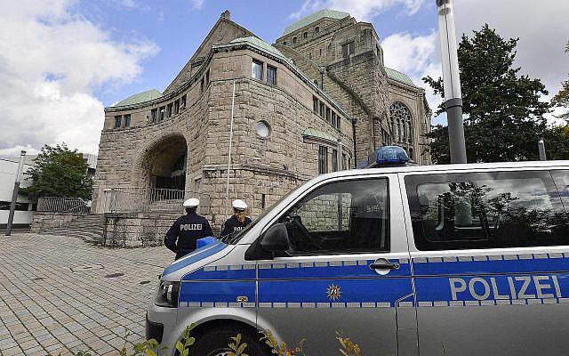 La police surveillent la synagogue d'Essen, en Allemagne, le 10 octobre 2019. (Crédit : AP Photo/Martin Meissner)