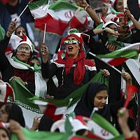 Des femmes iraniennes soutiennent leur équipe nationale qui affronte le Cambodge pour les qualificatifs de la Coupe du Monde 2022, au stade Azadi de Téhéran, le 10 octobre 2019. (Crédit : AP Photo/Vahid Salemi)