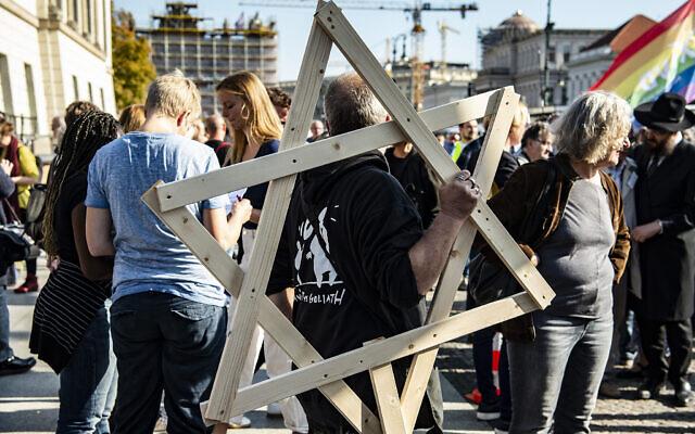 Des milliers de personnes manifestent contre l'antisémitisme à Berlin quelques jours après l'attaque de la synagogue de Halle, une ville de l'est de l'Allemagne, le 13 octobre 2019 (Crédit : Paul Zinken/dpa via AP)
