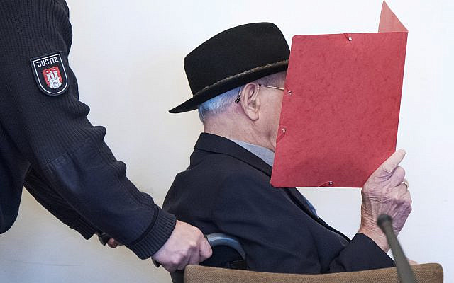 Bruno Dey, 93 ans, ancien garde SS, dans le camp de concentration de Stutthof près de Dantzig, au tribunal régional de Hambourg, Allemagne, le 17 octobre 2019. (Daniel Bockwoldt/dpa via AP)